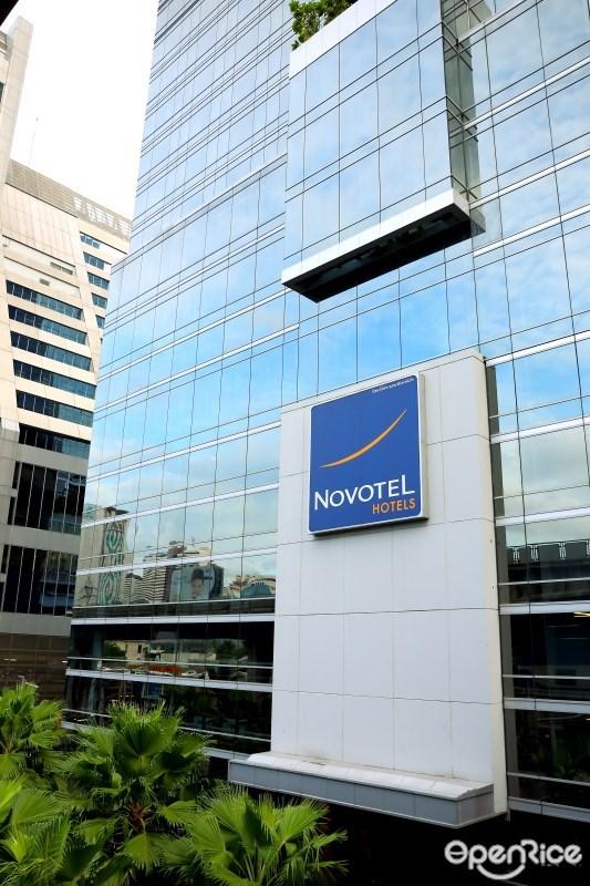 ด้านหน้าของโรงแรมโนโวเทลเพลินจิต (Novotel Bangkok Ploenchit Sukhumvit)