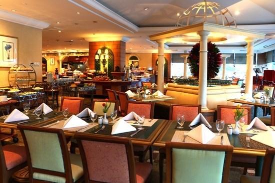 บุฟเฟ่ต์โรงแรม ห้องอาหาร 92 คาเฟ่ โรงแรมโกลเด้นทิวลิป ซอฟเฟอริน กรุงเทพฯ
