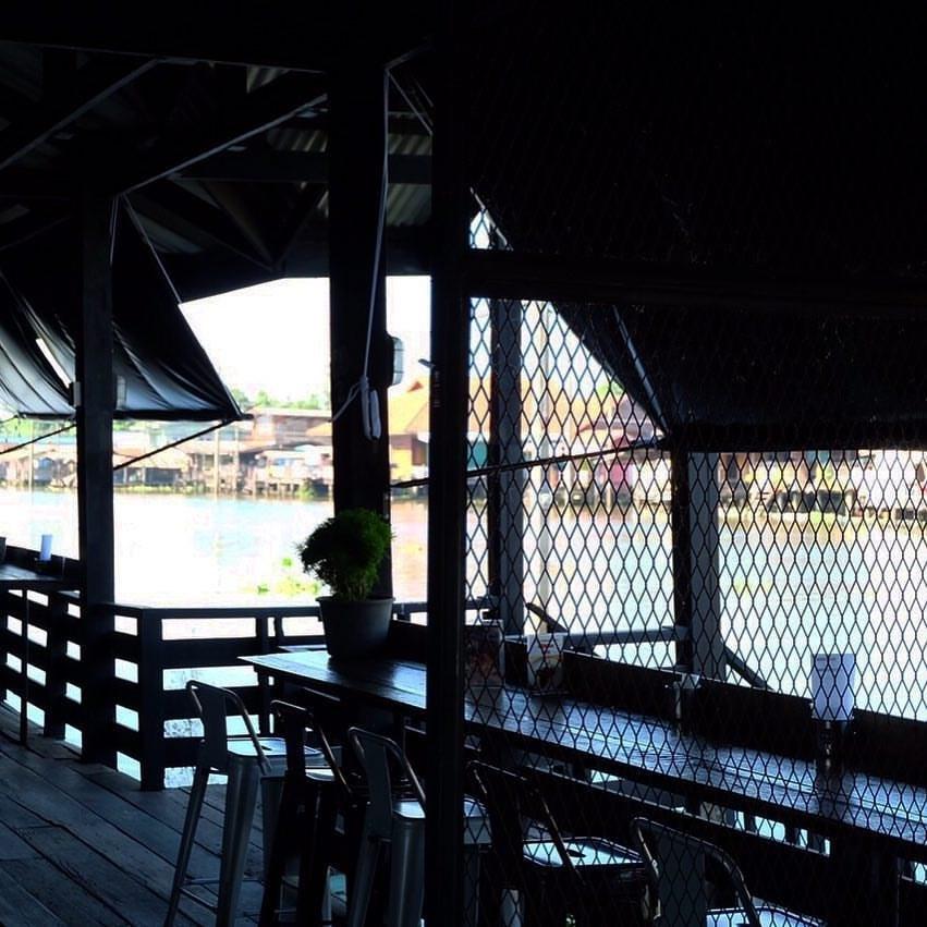 รวมร้านอาหารบรรยากาศดีหนีร้อน อร่อยห้อยขาที่ร้านริมน้ำ ร้าน อาลมดี คาเฟ่ (Arelomdee Cafe) อยู่ที่บางกรวย จังหวัดนนทบุรี