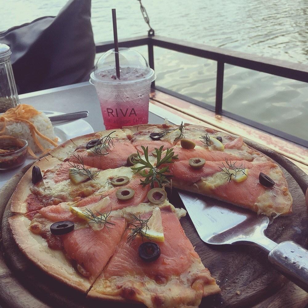 รวมร้านอาหารบรรยากาศดีหนีร้อน อร่อยห้อยขาที่ร้านริมน้ำ ร้าน Riva Floating Cafe ตั้งอยู่ในปานเทวี ริเวอร์ไซด์ รีสอร์ท แอนด์ สปา