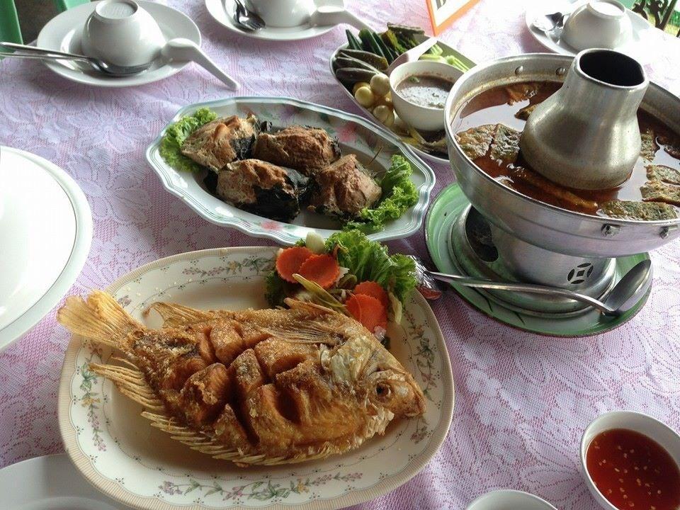 รวมร้านอาหารบรรยากาศดีหนีร้อน อร่อยห้อยขาที่ร้านริมน้ำ ร้าน เดชทศพักตร์การอาหาร หรือแพห้อยขาพาชิล กาญจนบุรี