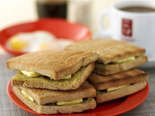 Kaya Toast ขนมปังปิ้งทาสังขยาและเนย