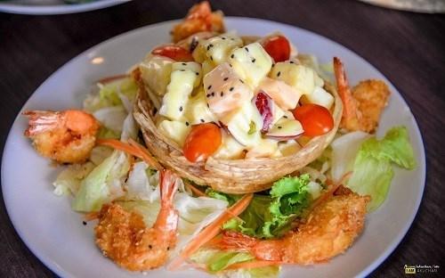 สลัดผลไม้กุ้งทอด ร้าน Swan Lake Cuisine