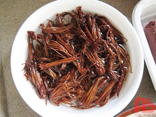 เกสรดอกงิ้วแห้งนำมาแช่น้ำ เตรียมทำขนมจีนน้ำเงี้ยว