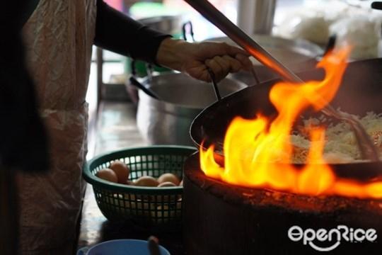 ใช้เตาถ่านหรือเตาแก๊สทำอาหารอร่อยกว่ากัน
