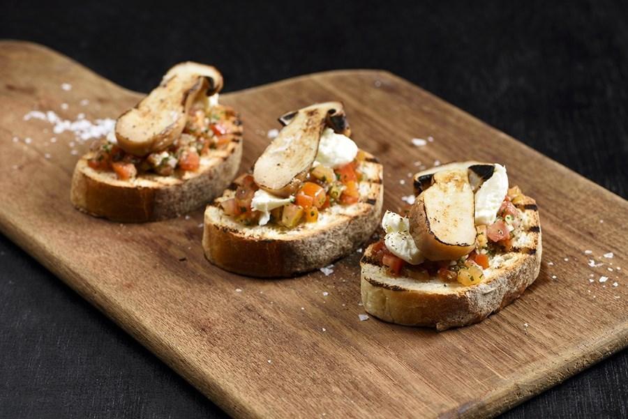 ชีส-บรูสเกตต้าเห็ดพอร์ชินี (Bruschetta smoked mozzarella and porcini)